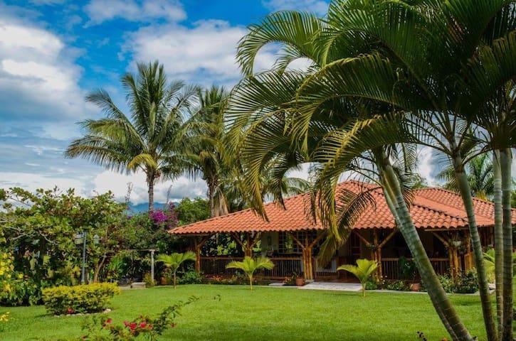 5★ Finca-Hotel Oroví: Cerca a los 3 Parques!