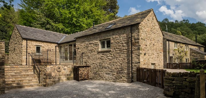 Luxury 2 bed cottage, with hot tub & dogs welcome
