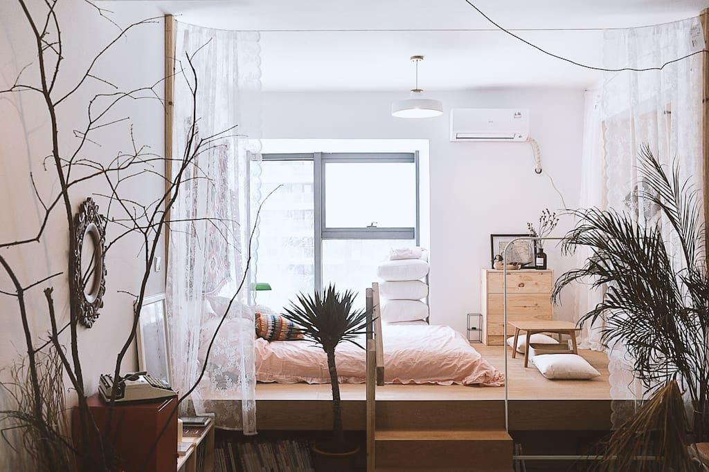 宽敞的地台床,空间大,采光好,床垫柔软,特别舒服!出去玩耍一天回来舒舒服服的睡一觉,没有比这更爽的了!
