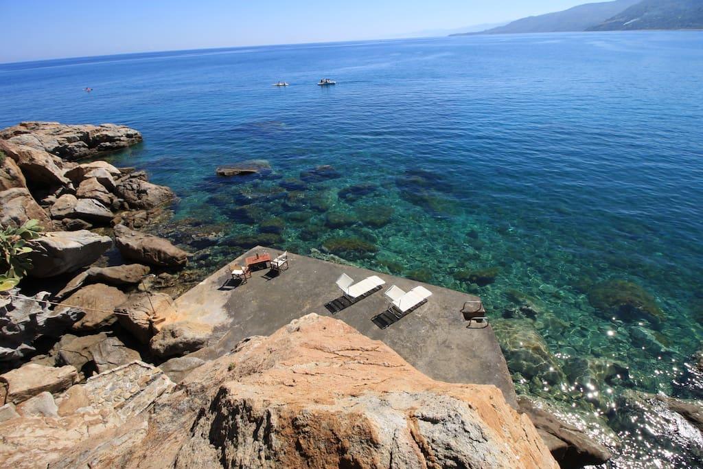 Terrazza solarium sull'acqua del mare