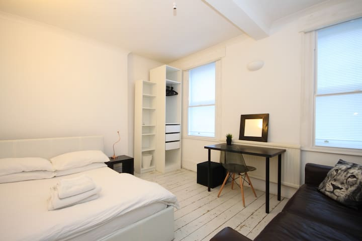 Exciting Central Soho Location :-) Double Bedroom