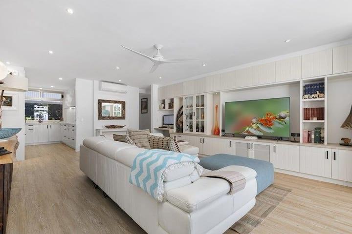 Luxe Beachside Apartment - Heated Pool - SeaViews