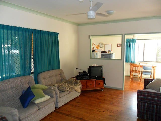 3 minutes walk to bus, fully furnished - Bellbowrie - บ้าน