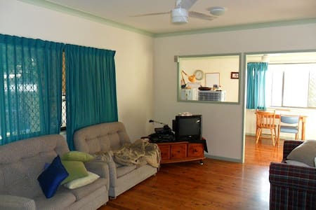 3 minutes walk to bus, fully furnished - Bellbowrie - 獨棟