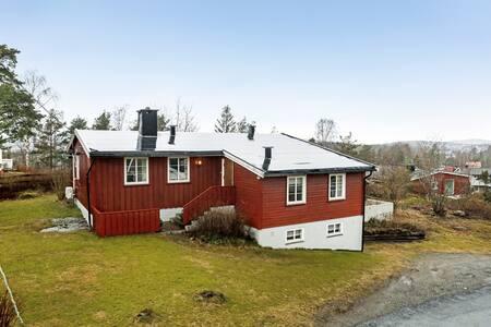 Et koselig lite hus  med hage i rolige omgivelser