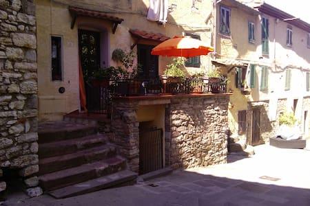 Caratteristico appartamento in centro storico - Sassetta - Flat