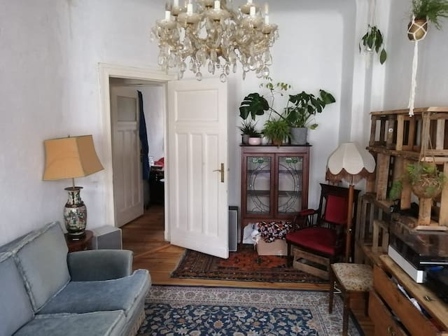 Beautiful room in old building apartment Neukölln