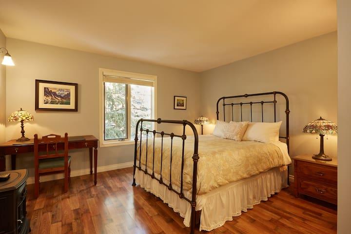Assiniboine Queen Bedroom Suite
