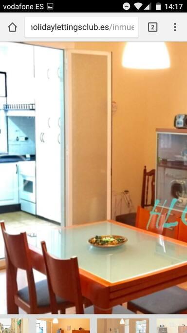 cocina muy grande y equipada con lavadora, micro, horno, nevera etc