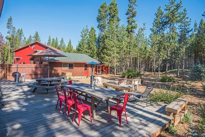 Cedar Log Inn Beautiful Two Bedroom Log Cabin has Romantic Charm, Modern Amenities and Extensive Outdoor Living Space!