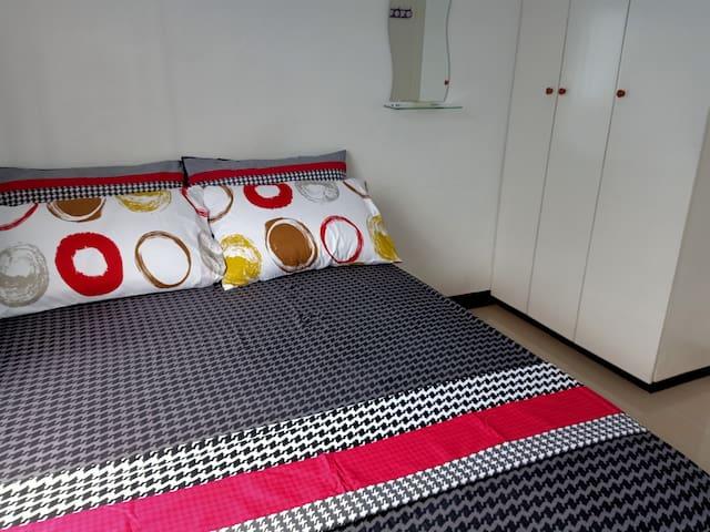 Lee Berna's Cozy Affordable Bedroom in Molino