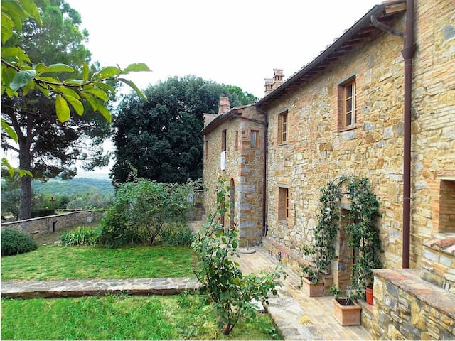 Restored apartment in farmhouse with pool and lawn - Poggibonsi - Leilighet