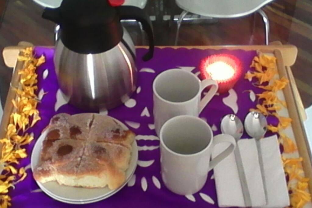 Despierta con un rico chocolate caliente y un delicioso pan de muerto servido a modo de ofrenda.
