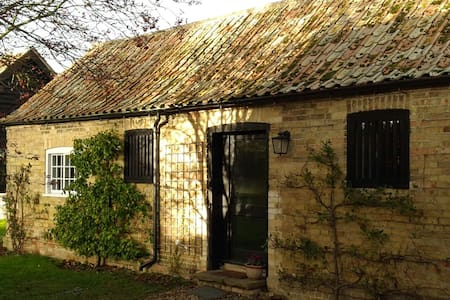 Pear Tree Cottage in quaint  historic village - Broughton