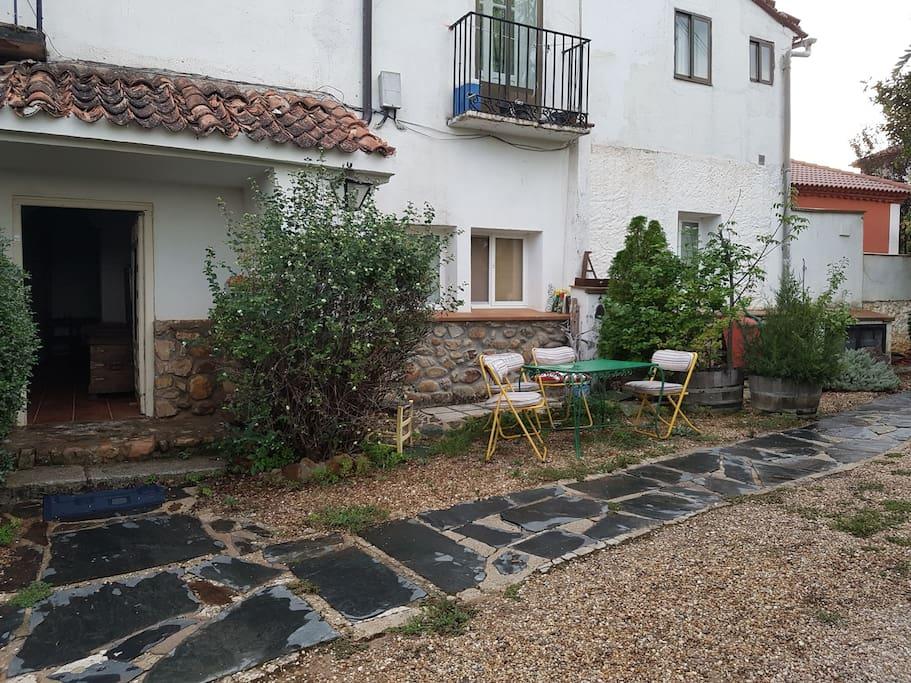 Entrada y terracita para los huéspedes.