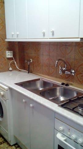amueblada, con lavadora, microondas, frigorífico combi, cocina de gas.