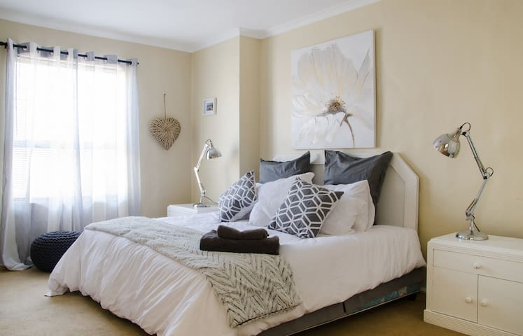 Large en suite bedroom (1)