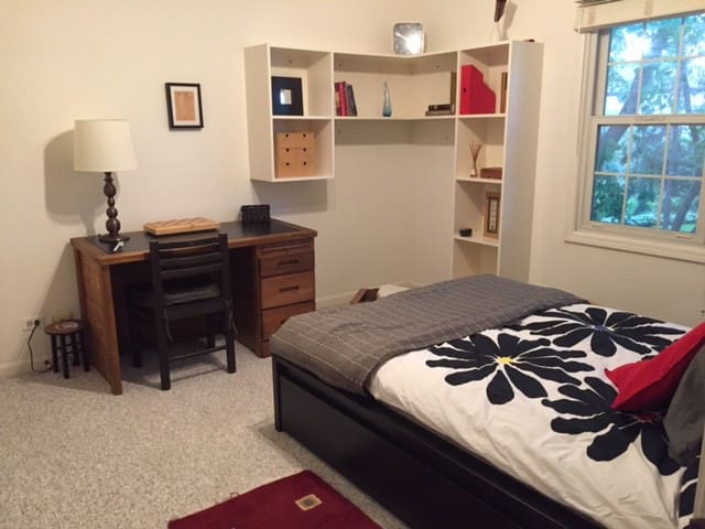 Room in beautiful upscale area in Schaumburg