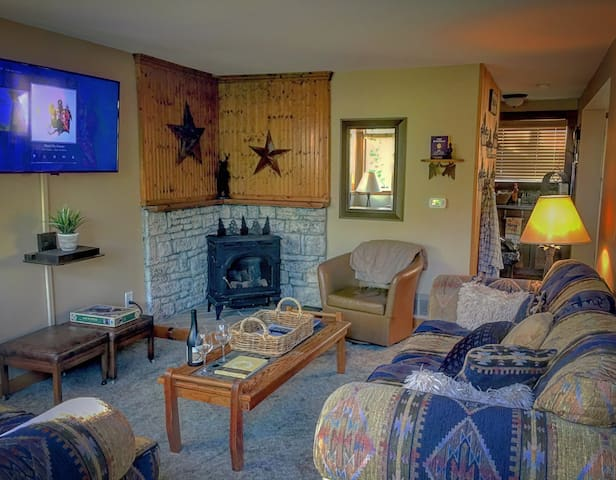 Cozy Bear Lodge walk to town & close to slopes