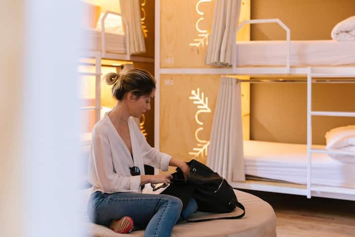 Cama exclusiva en dormitorio para mujeres CasaPepe