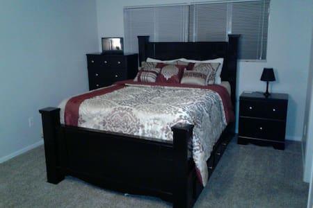 Big Private Bedroom - Bakersfield - Rumah