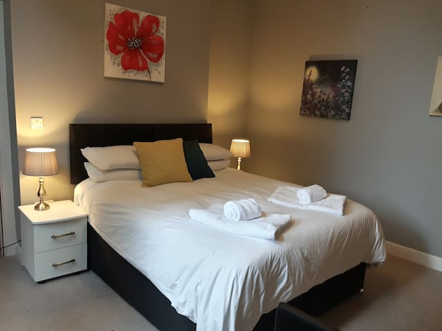 Clean Sheets Comfy Beds Close To City