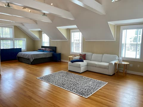Sunny 409 Guesthouse with private garage parking!