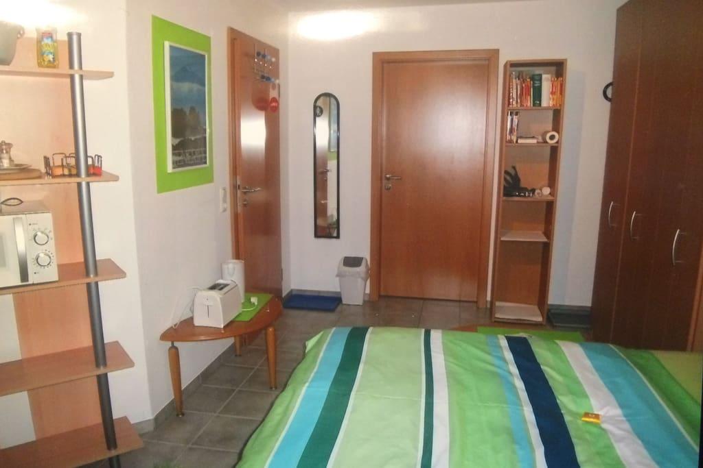 Eingangstür und Durchgang zum Badezimmer.