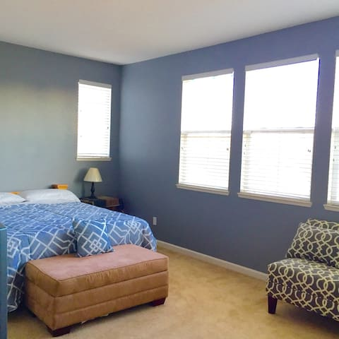 Modest room upper level near Napa Valley! - American Canyon - Hus