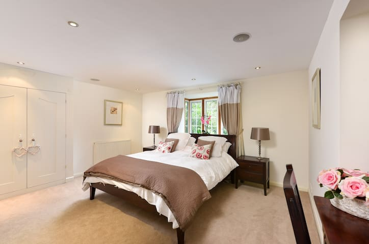 Stunning kingsize room with large ensuite, parking - Cobham - House