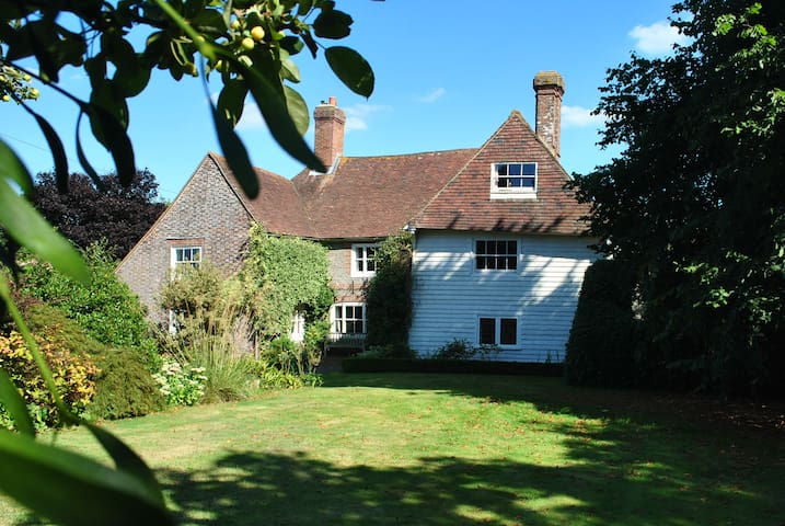 Sussex Farmhouse  Room with a bathroom and lounge. - Herstmonceux - บ้าน