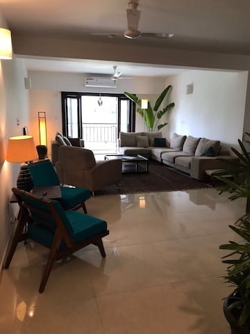Bedroom with balcony 30mins from airport and CBD