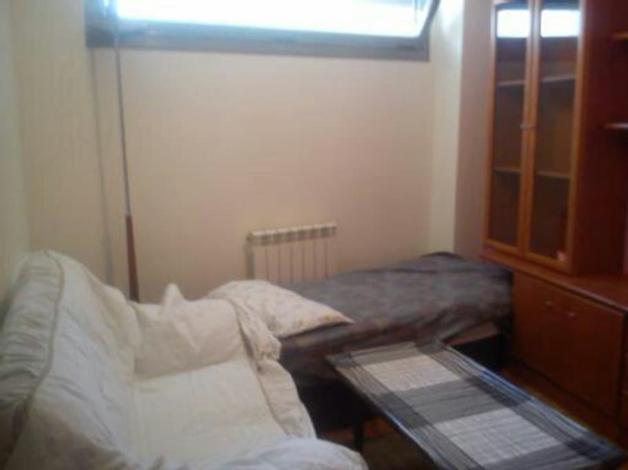 Salon, tv,sofa-cama doble, y supletoria para una noche.