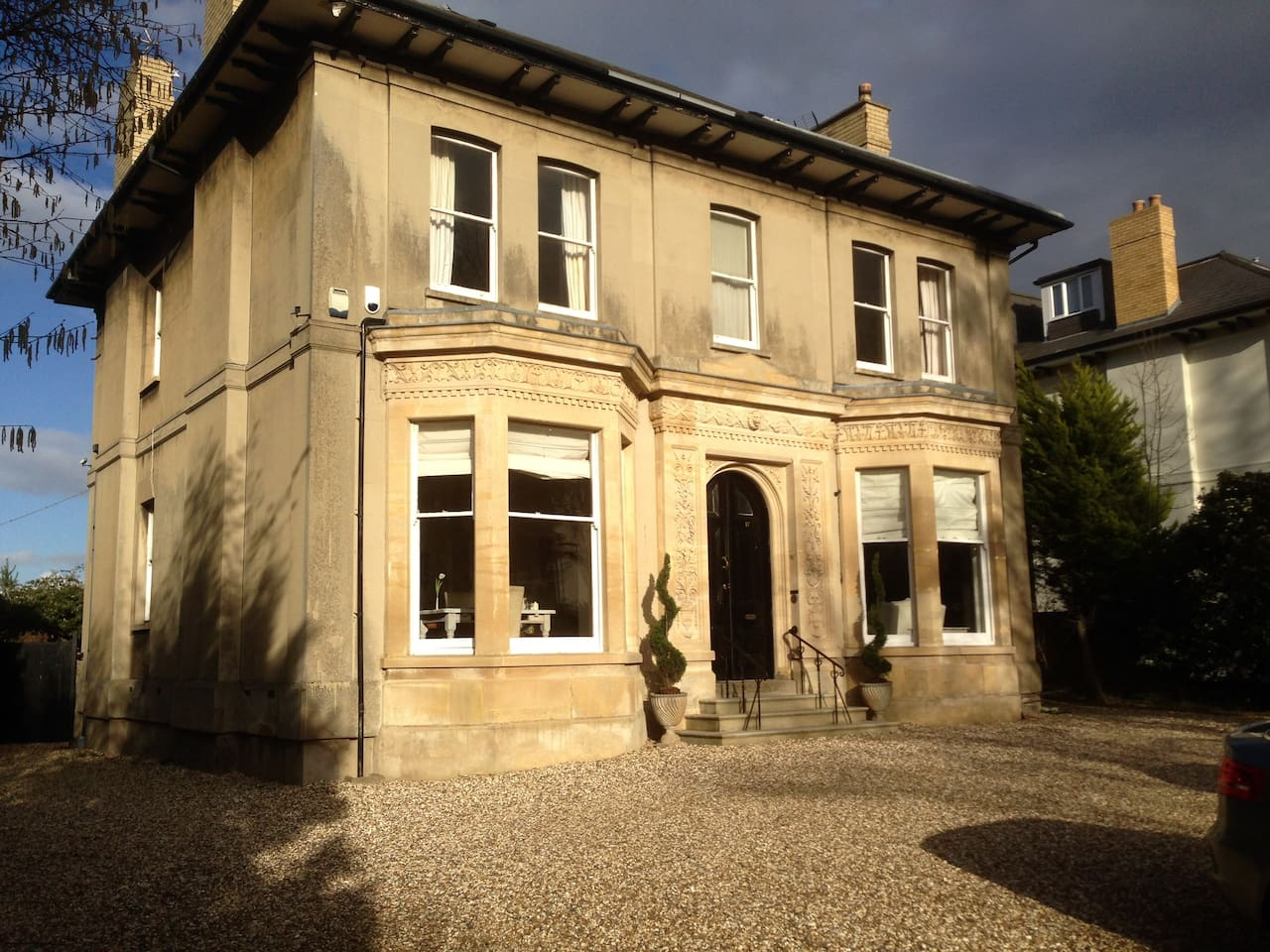 The property is only a 5 min walk from Boutique Montpellier or the Train Station.