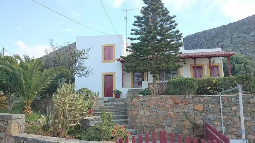 Family Villa Melivia has 3 levels. 2 bedrooms upstairs & another 2 downstairs (each with a bathroom). The kitchen & living room are on the main floor. (along with bedroom No 5 & bathroom No3 who have a separate entrance)