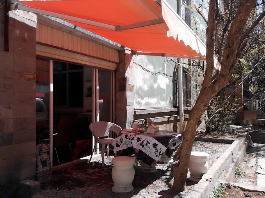 门口的石桌是你品茶,聊天晒太阳的好地方!