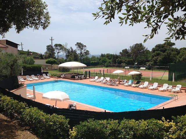 La piscina olimpionica ed il campo da tennis del Residence Le Mantellate