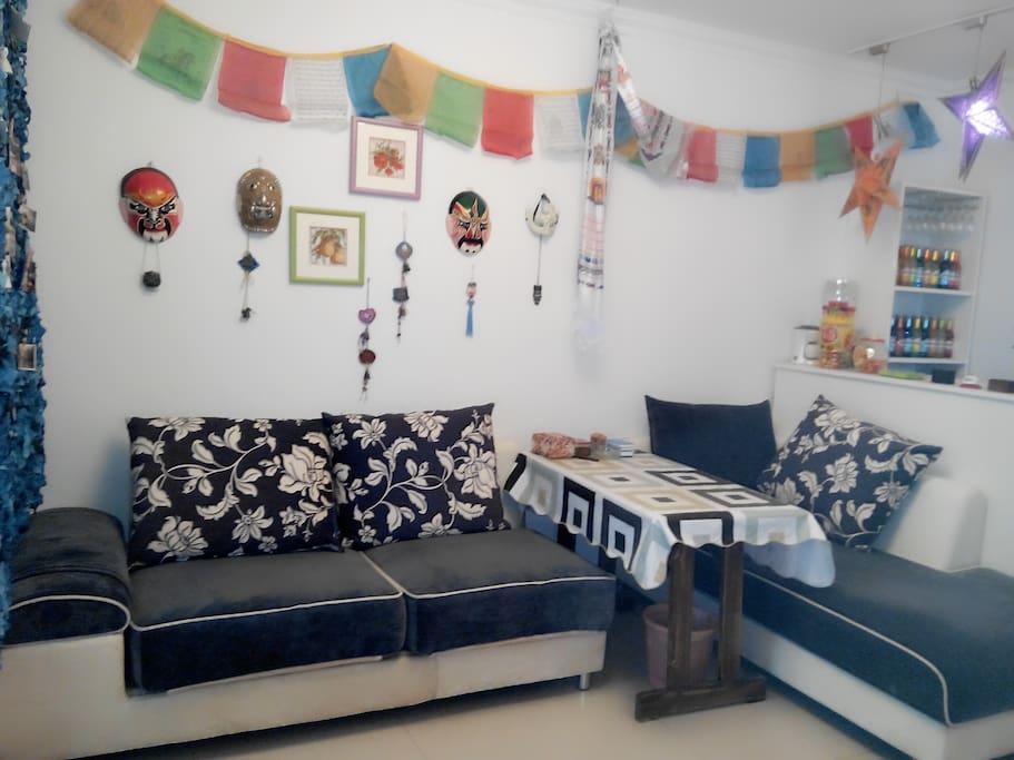 客厅的沙发很宽敞,如果你们是几个朋友一起来,那沙发上可以睡2个人喔!