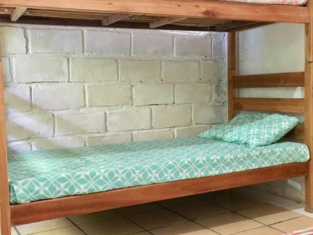 BELICHE DE BAIXO EM HOSTEL COM COZINHA R$ 30,00