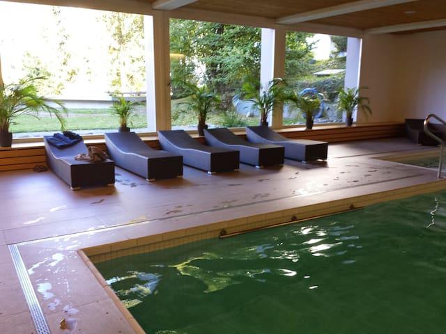 Im Gebäude befindet sich ein Bad / Sauna zur gratis Benutzung
