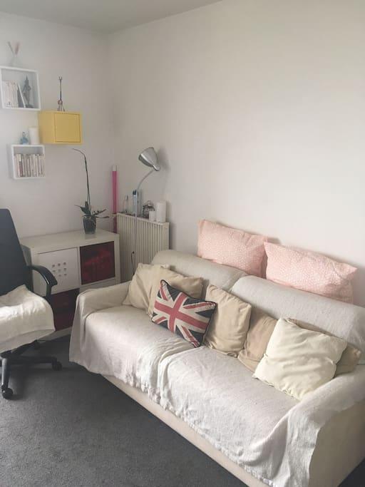 un tout petit effort et le canapé se change en lit douillet