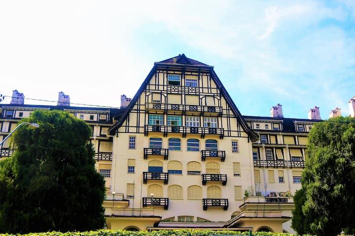 Hospede-se no Romântico Palacio Quitandinha .