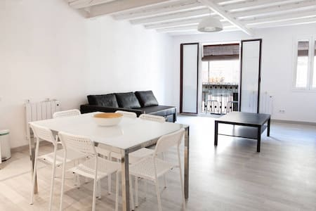 Beautiful 1 bedroom appartment, very well located, 5 min walking to the ramblas, brand new! one bed room