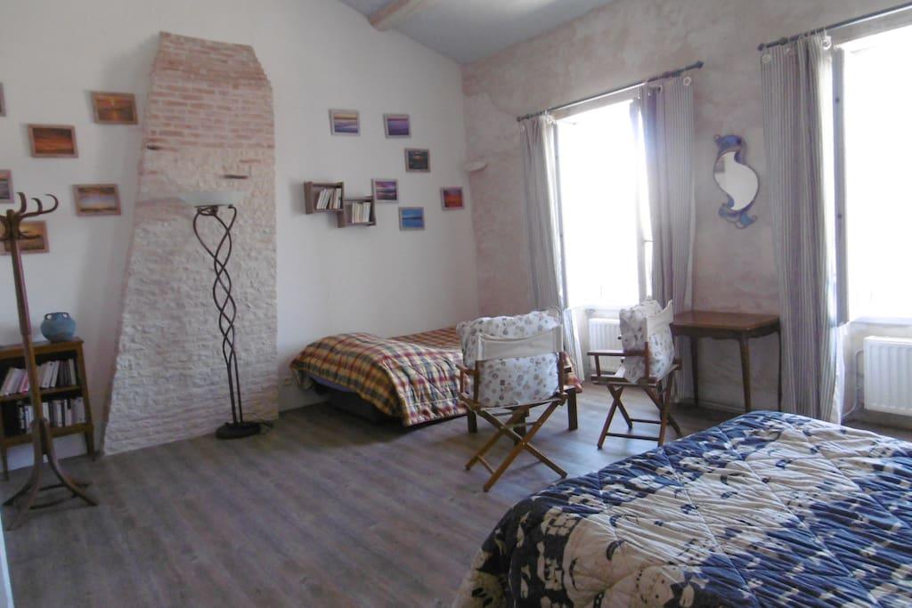 La chambre avec le canapé-lit déplié si vous êtes plus de deux hôtes.