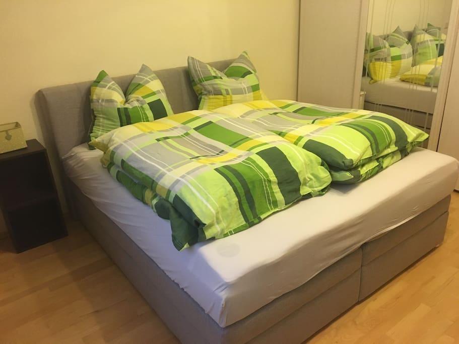 Wohn-Schlafzimmer mit neuem Bett