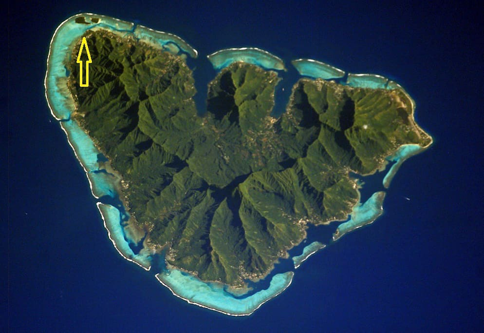 "Beautiful  Moorea heart shape. ""FARE CLUB""  Moorea Accomodation N/NW"
