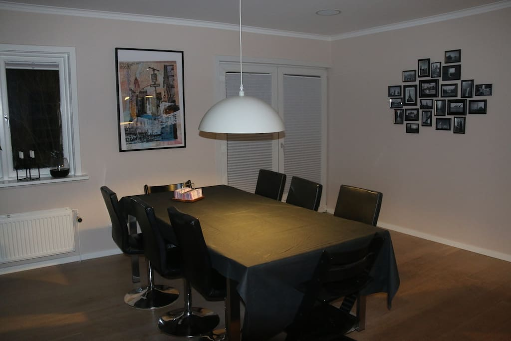 Spacious dining room with room for 6 adults and 2 kids