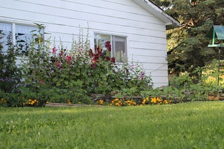 Hollyhock Haven Bed and Breakfast - Crooked Creek - Haus