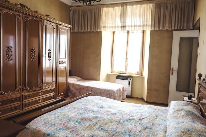 Camera  con letto matrimoniale e letto singolo (pavimento con moquette )