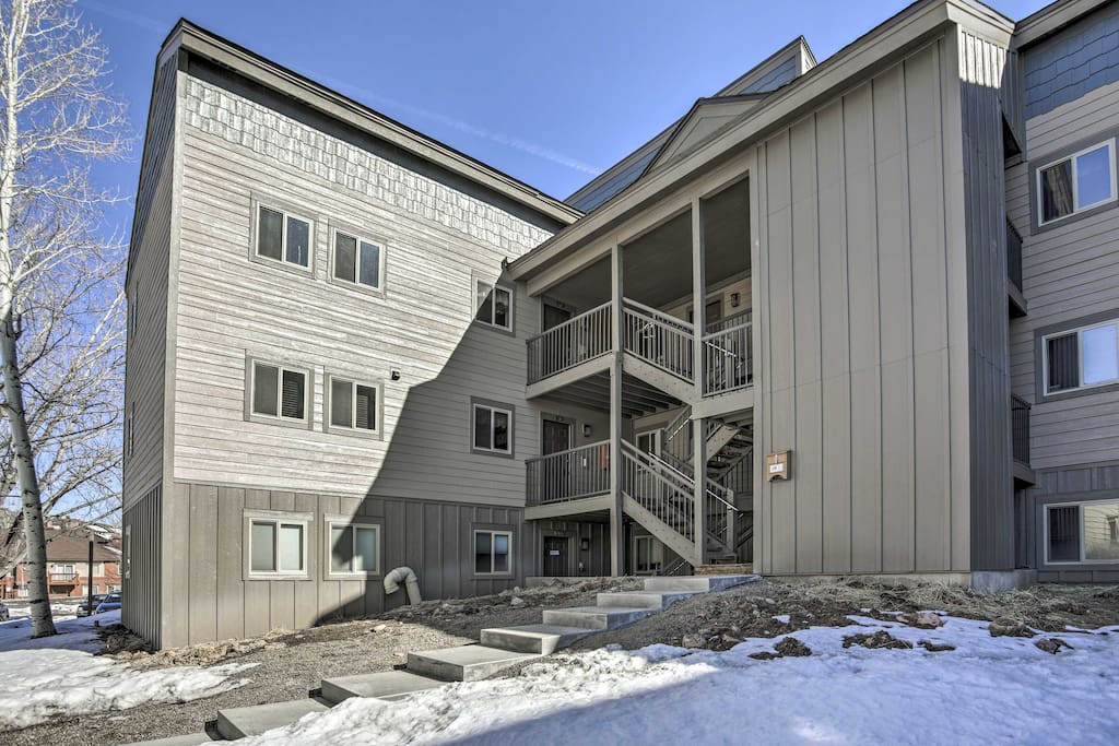 This unit sleeps 4 travelers and offers access to the shared pool & hot tubs.